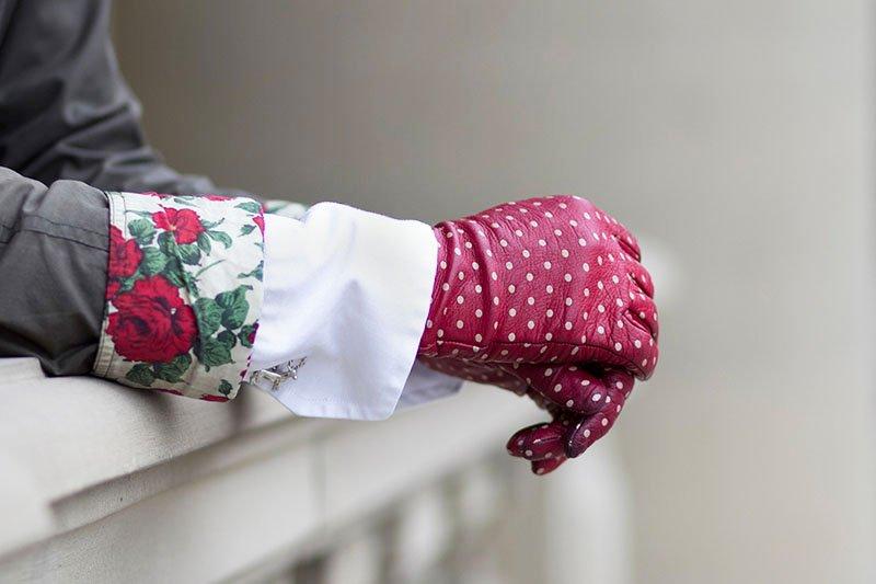 Rote Sermoneta Gloves mit Pünktchen
