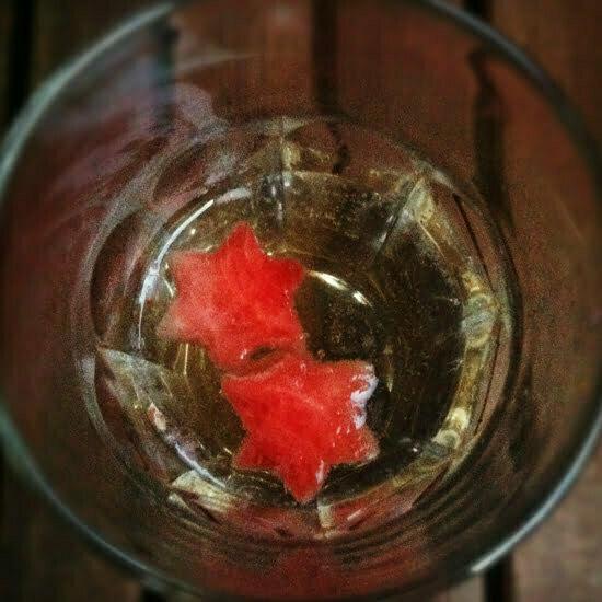 Der Melonensalat macht sich auch gut in einem Glas Prosecco