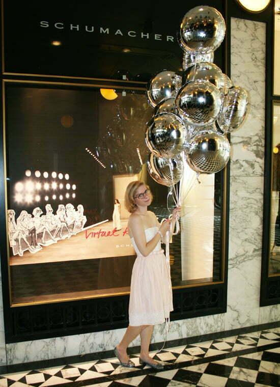 Daniela Uhrich vom Lady-Blog vor dem Schumacher-Store