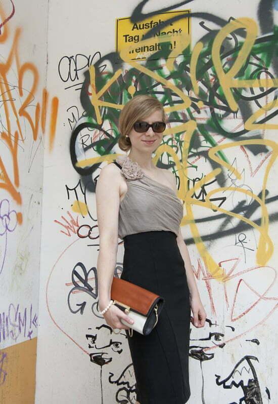 Daniela Uhrich vom Lady-Blog trägt eine Clutch von Diane von Fürstenberg