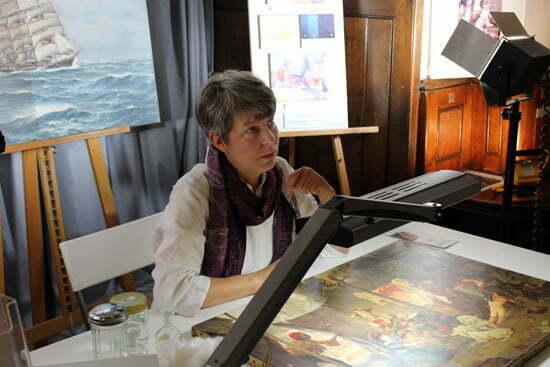Art Fair in Hamburg: Gemälderestauratorin