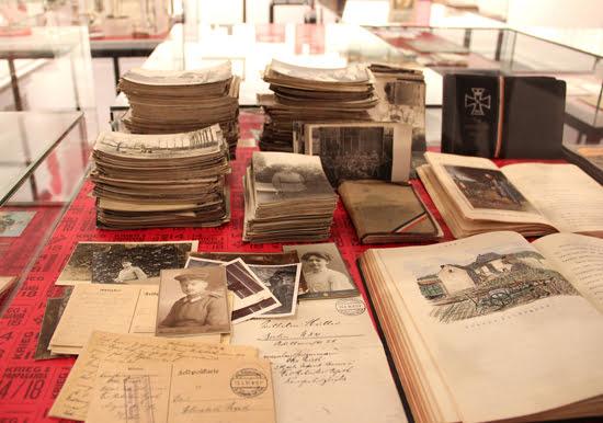 Selbstgezeichnete Postkarten, private Fotos und Kriegstagebücher