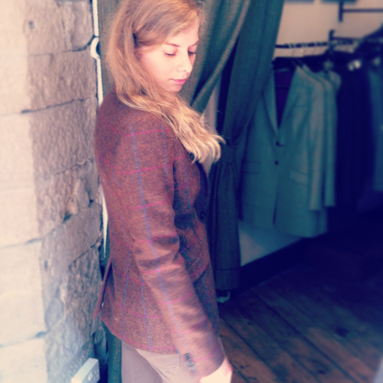 Daniela Uhrich in einem Tweed-Jacket von Walker Slater