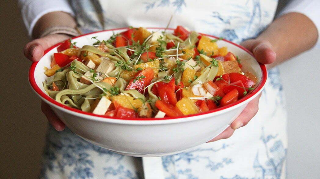 La Veganista: Nudelsalat mit gefüllten Tomaten