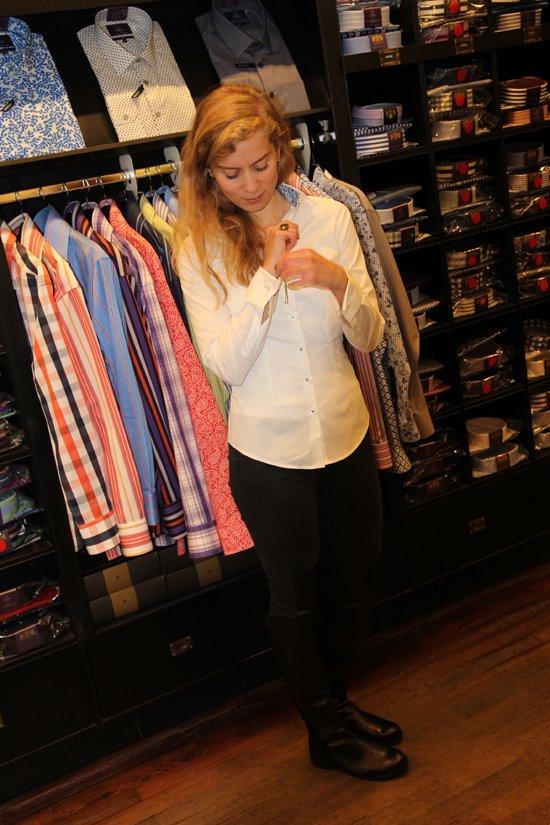 Bloggerin Daniela Uhrich mit einer Bluse von Hawes & Curtis