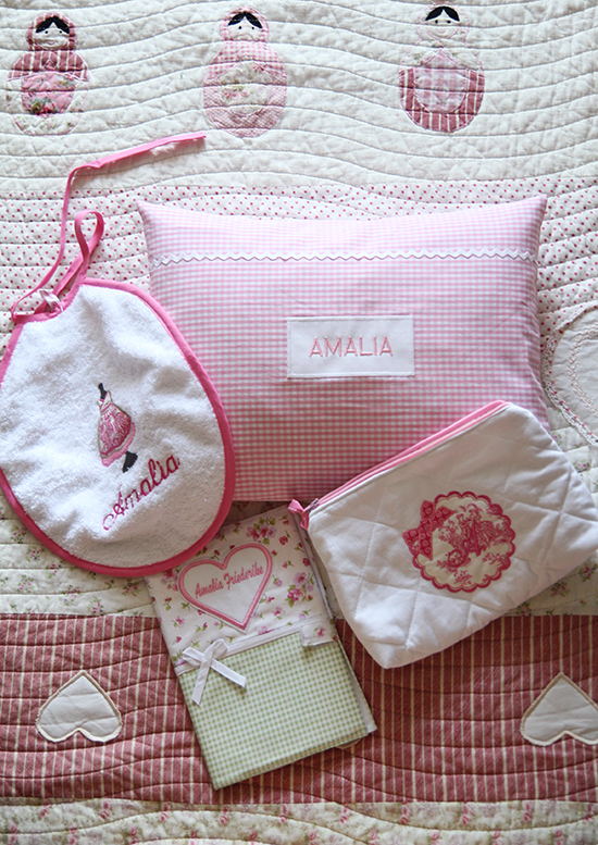 Geschenke zur Geburt: Bestickte Textilien