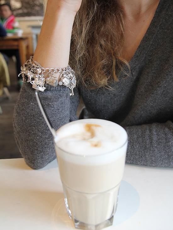 Daniela Uhrich vom Lady-Blog trägt ein altes englisches Bettelarmband