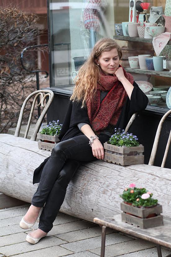 Daniela Uhrich vom Lady-Blog mit einem antiken Bettelarmband