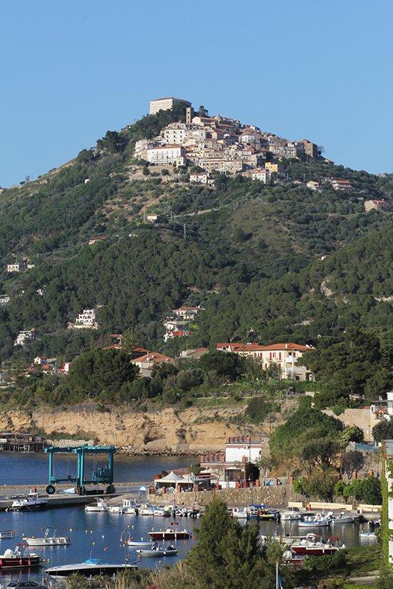 Der Hafen von San Marco und das Bergdorf Castellabate