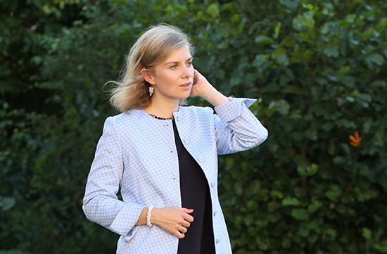 Daniela Uhrich vom Lady-Blog trägt einen maßgefertigten Mantel von Dolzer