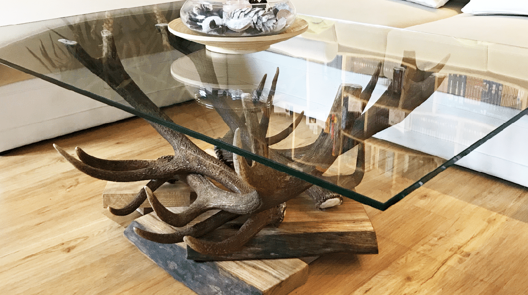 """Tisch mit Geweih von """"Oh my deer"""""""