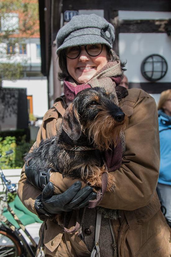 Sybille Hilgert mit Dackel Emil beim Tweedrun in Gütersloh