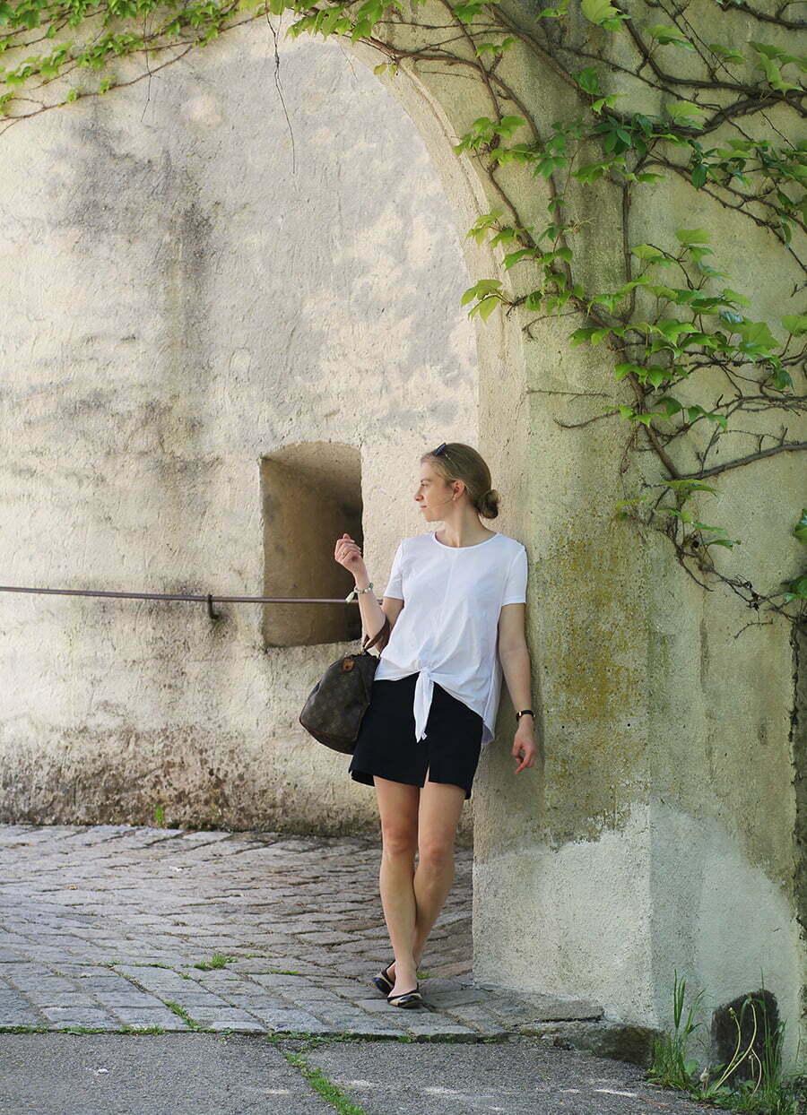 Daniela Uhrich in einem blau-weißen Outfit vor Schloss Bruck