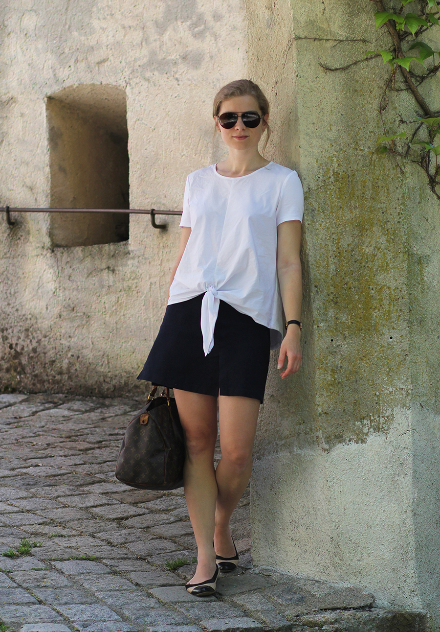 Daniela Uhrich in einem blau-weißen Look vor Schloss Bruck