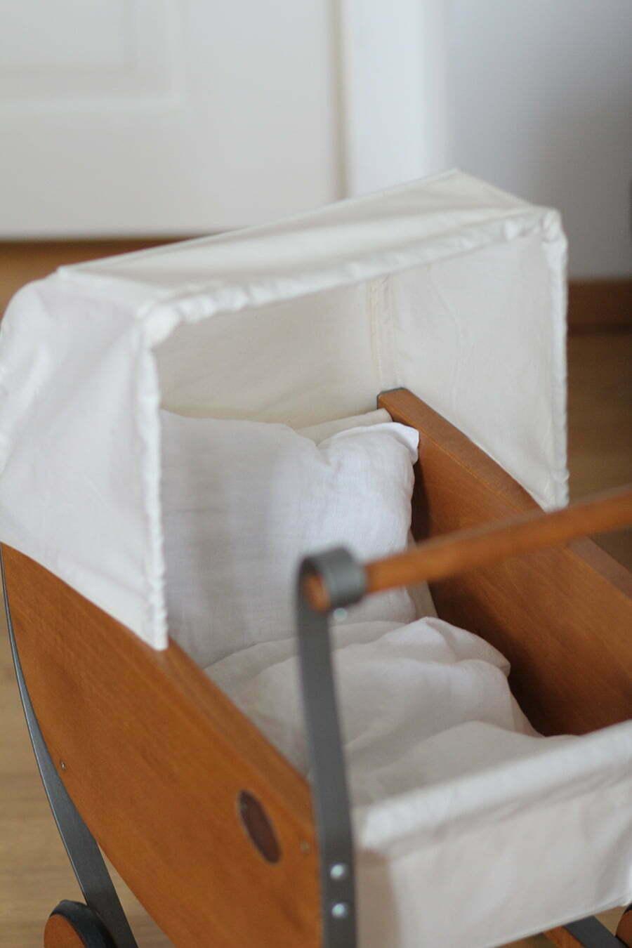 Moulin-Roty-Puppenwagen mit selbstgenähter Leinen-Bettwäsche