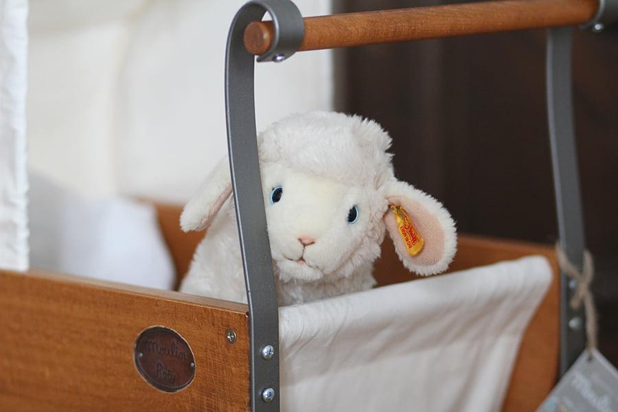 Puppenwagen von Moulin Roty und Schaf von Steiff