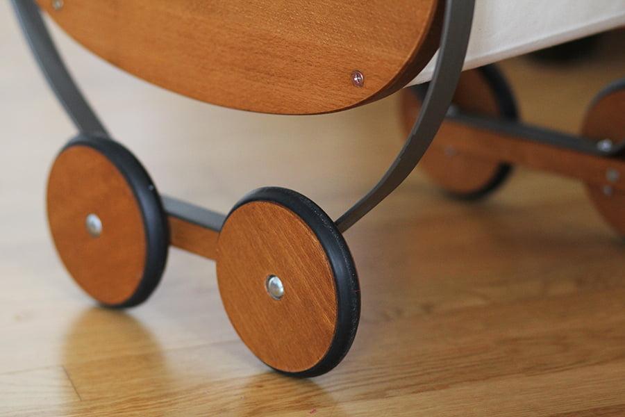 Retro-Puppenwagen von Moulin Roty mit Holzrädern