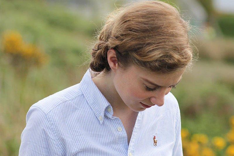 Die Basisgarderobe der Lady: Klassische blau-weiß-gestreifte Button-Down-Bluse