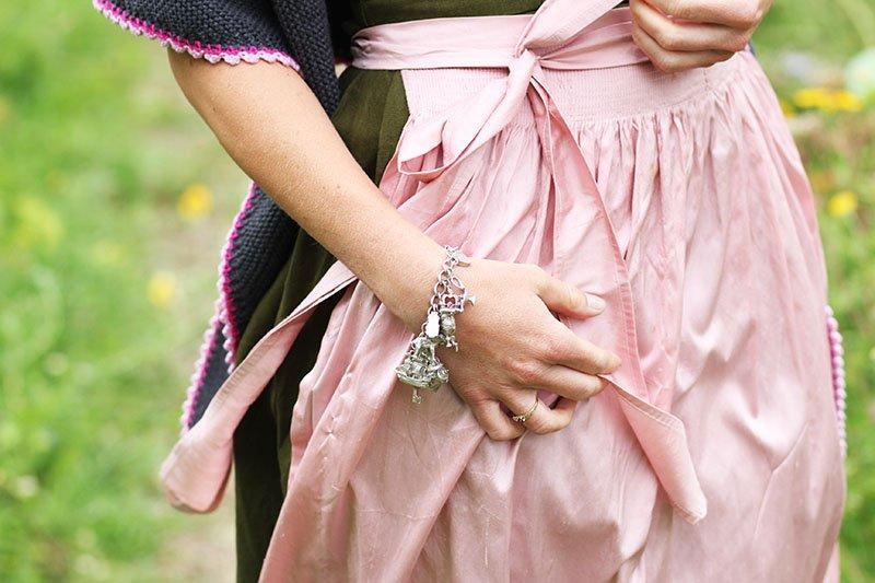 """Daniela Uhrich vom Lady-Blog trägt ein altes Bettelarmband von """"Die Halsbandaffaire"""""""
