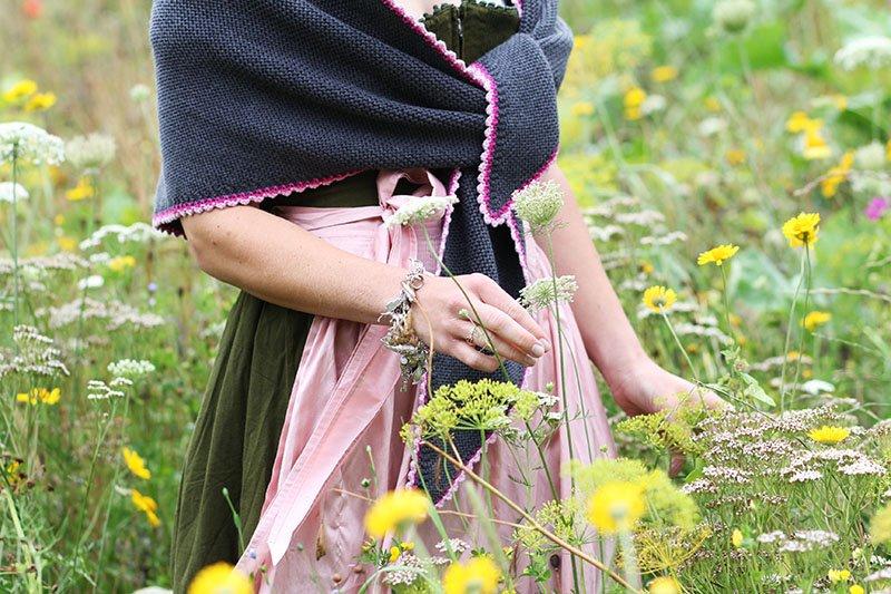 Daniela Uhrich vom Lady-Blog trägt zum Dirndl ein Dreieckstuch von Dreitracht