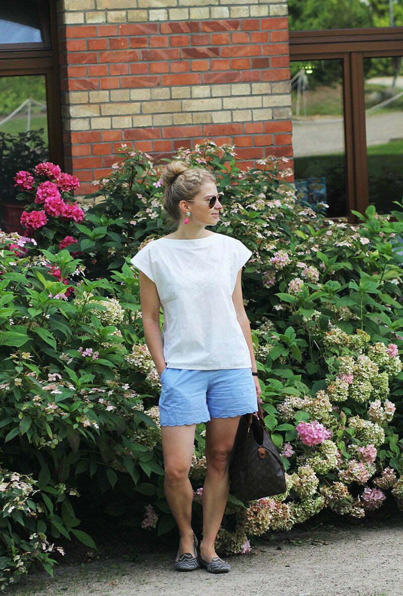 Daniela Uhrich vor dem Hotel am Tiefwarensee