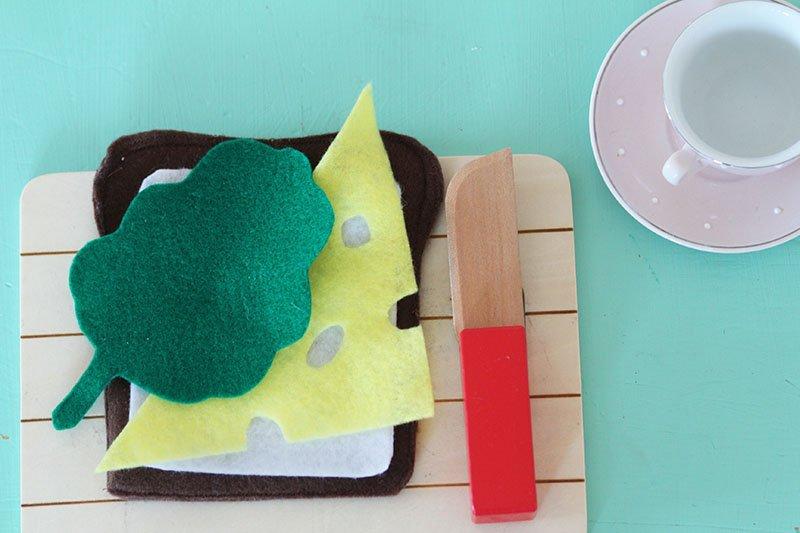 Playfood: Brot, Käse, Butter und Salat aus Filz