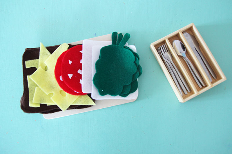 Playfood: Brot, Käse, Salami, Butter und Salat aus Filz
