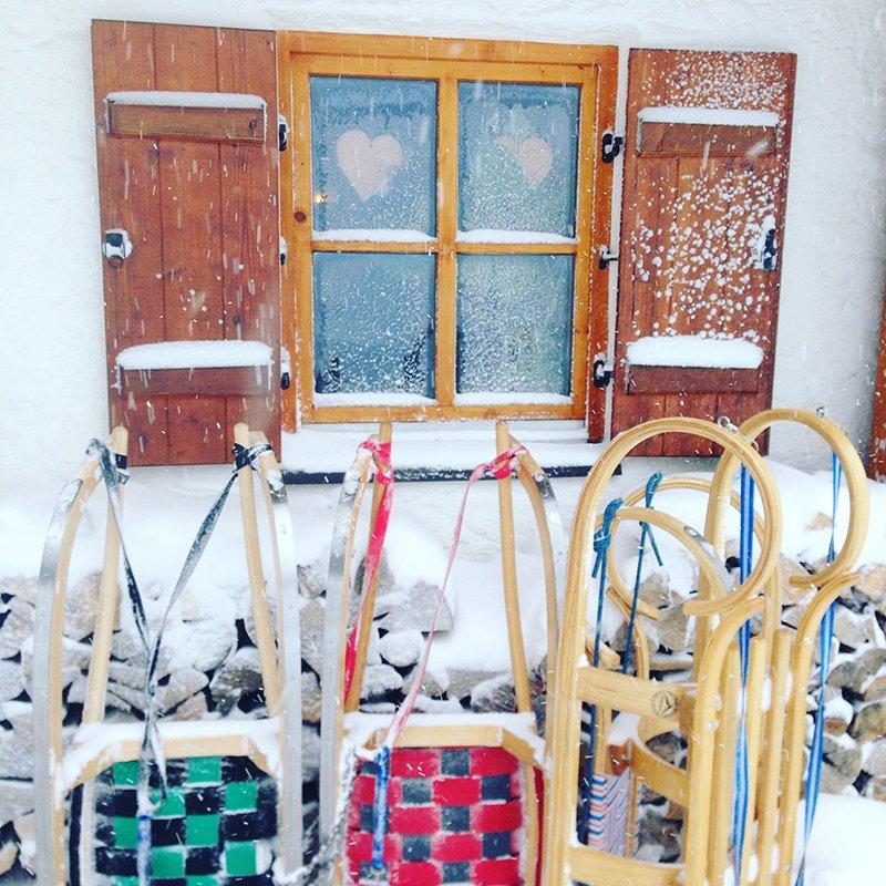 Tourenschlitten von Kathrein mit farbenfroher Sitzfläche