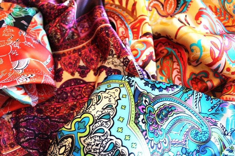 Banderas Seidenarmbänder: Ihre Seide kauft Annika Rhode bevorzugt auf Reisen