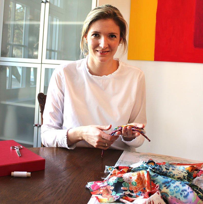 """Annika Rohde mit ihren """"Banderas Seidenarmbändern"""""""