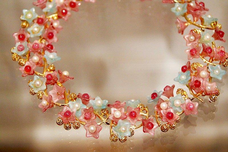 vergoldetes Collier mit Glasblüten und Diorperlen