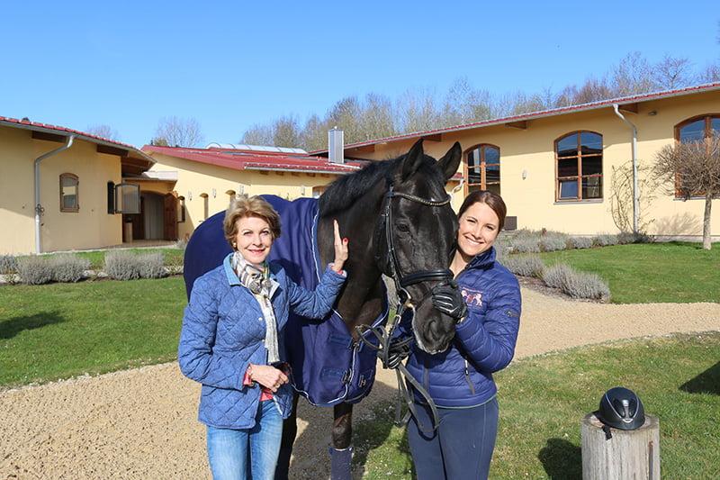 Susanne Michalke und Tochter Victoria vor der Reitanlage Gut Daxau