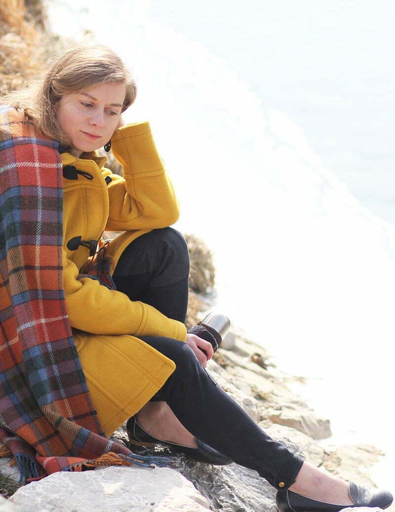Winter-Picknick: Daniela Uhrich vom Lady-Blog trägt einen Dufflecoat