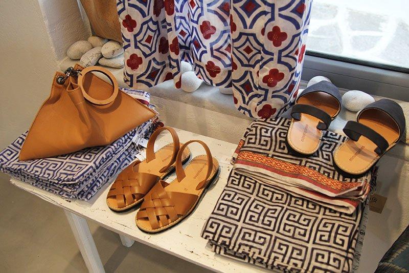 Griechische Mode: Ledersandalen und Seidenschals