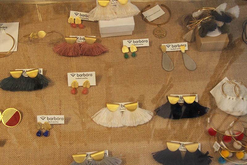 Griechische Mode: Quastenohrringe von barbóra jewellery