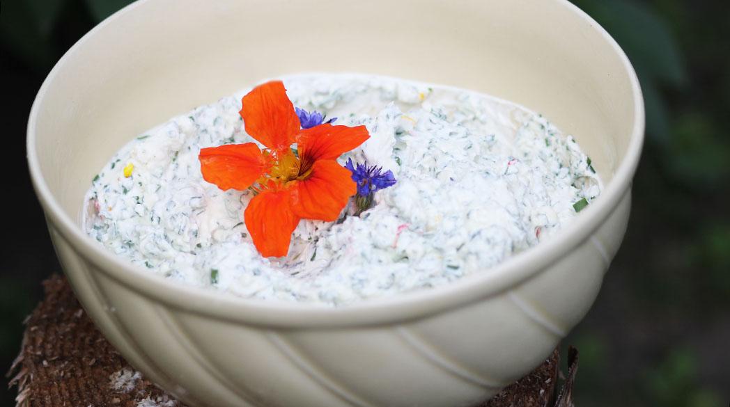 Frischkäse mit Kräutern & Blüten (Zero Waste)