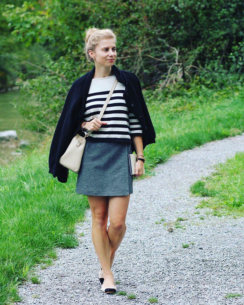 Der Chanel-Stil mit Ringelpullover und Two-Tone-Ballerinas