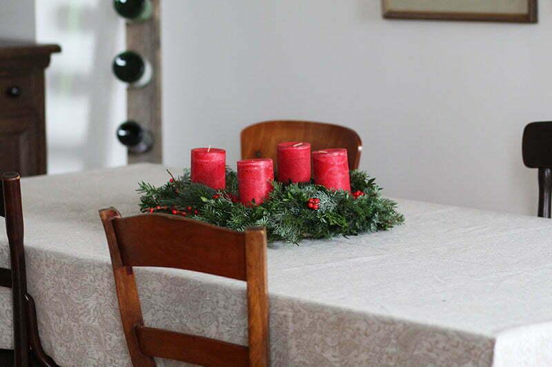 Klassischer Adventskranz mit roten Kerzen