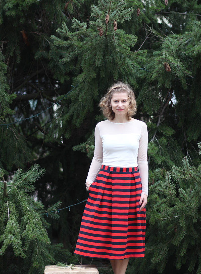 Heiligabend-Look: Midi-Rock in Rot und Blau