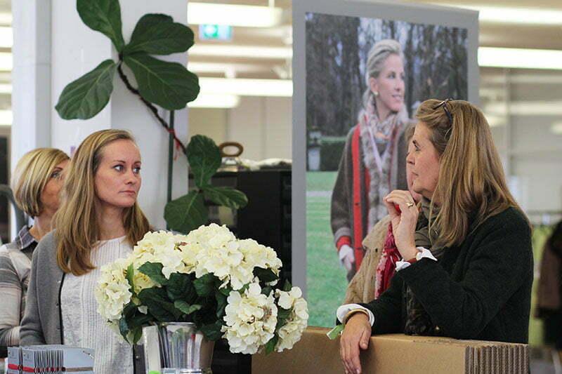 Marianne Ferch im Gespräch mit Journalisten