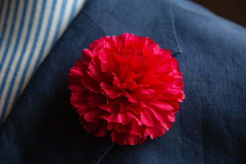 Der Klassiker unter dem Knopflochblumen ist die rote oder weiße Nelke