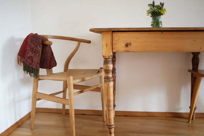 Wishbone Chair und abgeschliffener Küchentisch