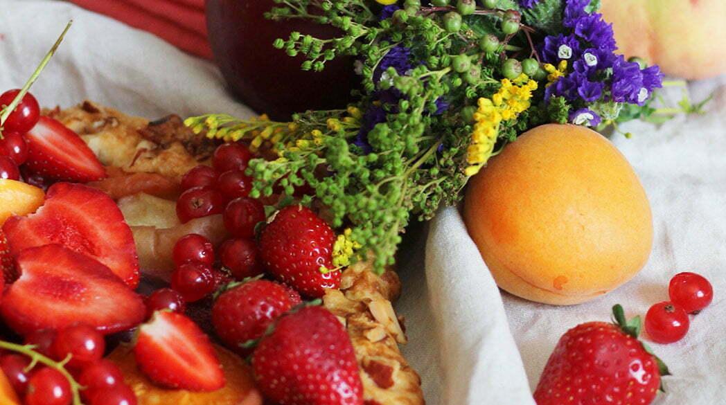 Salonettegirls: Eine Salonrunde mit Blumenkränzen & Galette