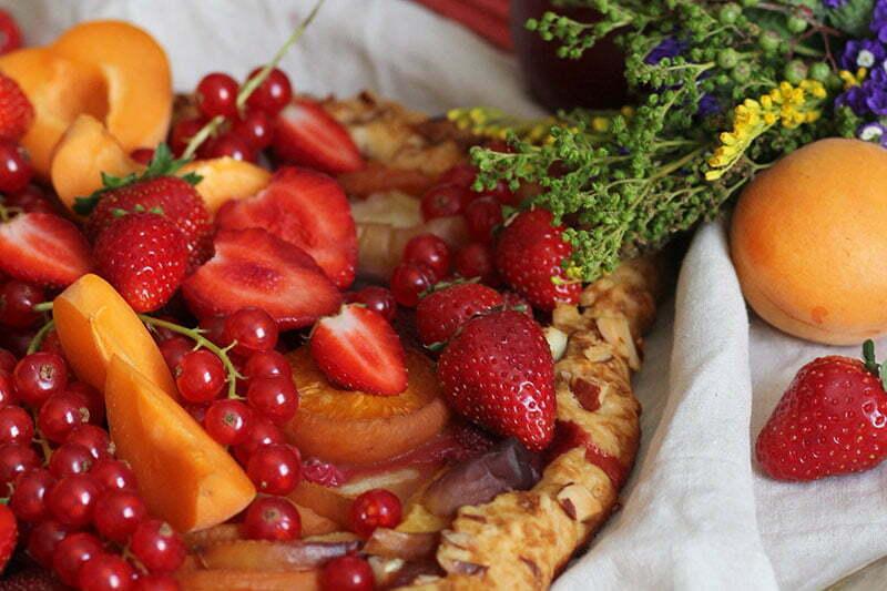 Sommer-Galette mit Pfirsichen und Johannisbeeren