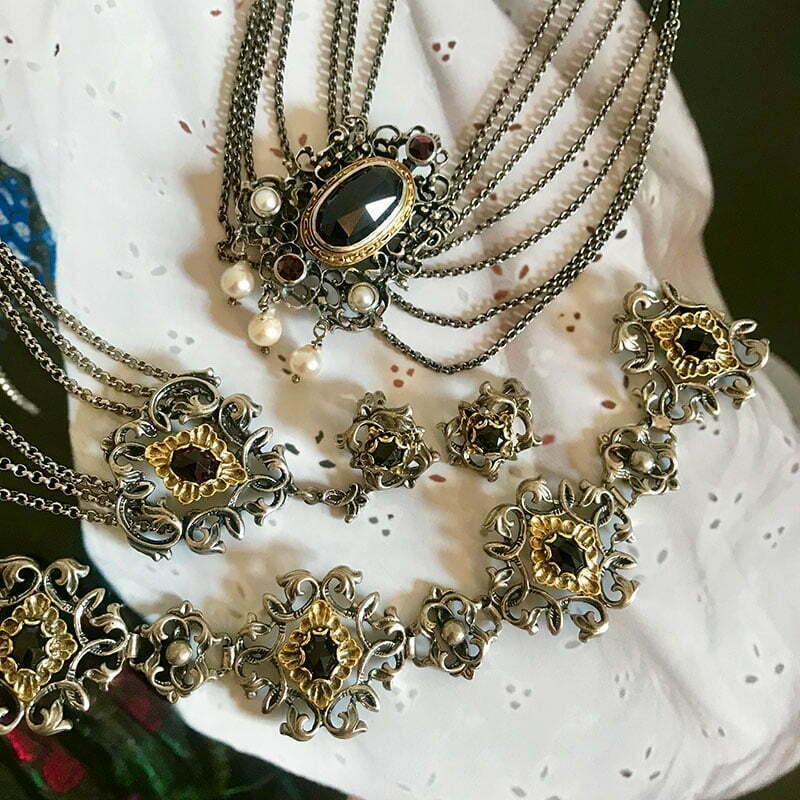 """Trachtenschmuck: Schmucksets aus Silber mit Granatbesatz von """"Die Halsbandaffaire"""""""