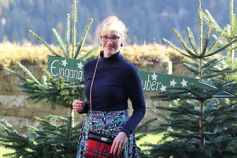 Outfit für Weihnachten: Rollkragenpulli und Midi-Rock