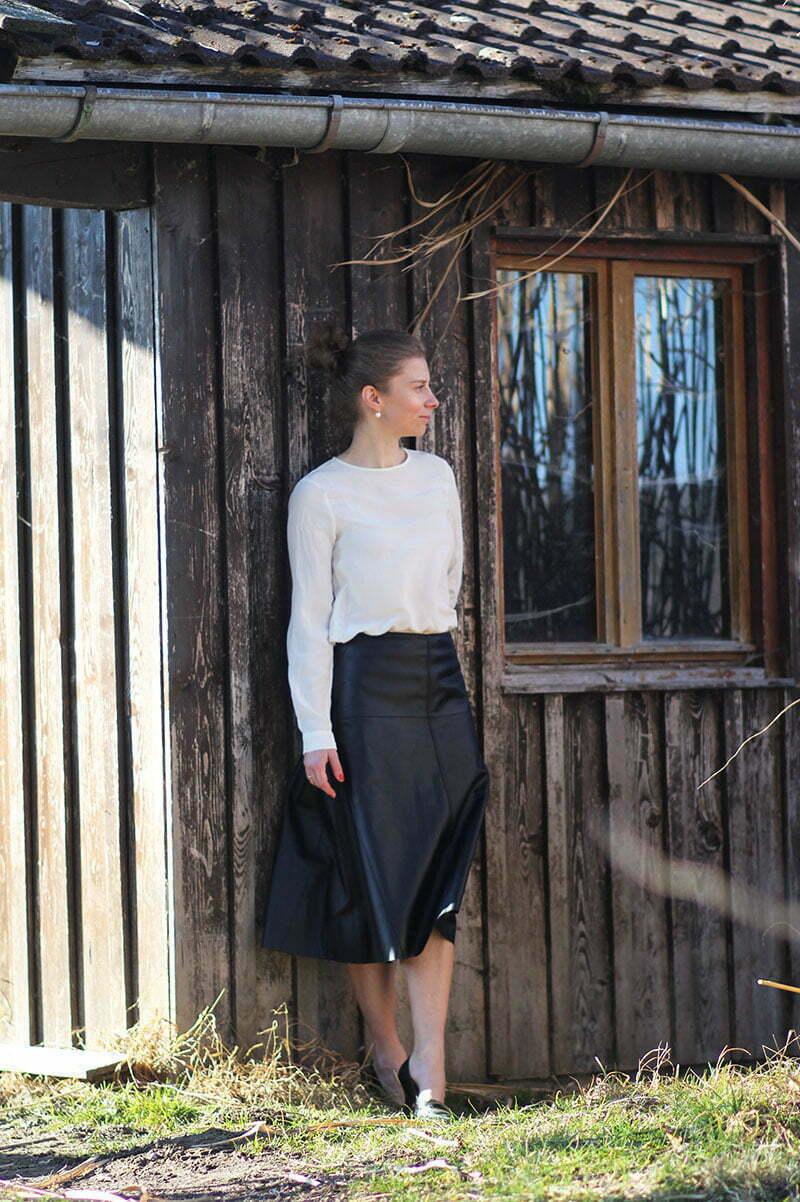 Wie kombiniert man einen Lederrock klassisch?