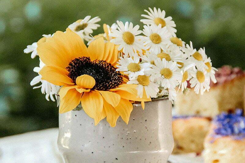 Wildblumenstrauß mit Kamille und Sonnenblumen